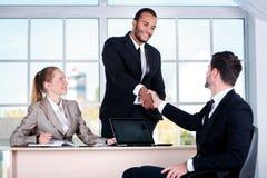 Деловые партнеры встречи Бизнесмен 3 сидя на tabl Стоковая Фотография
