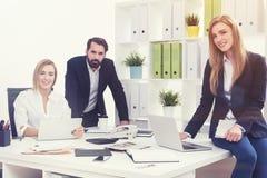 Деловые партнеры в белом офисе Стоковая Фотография