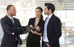 Деловые партнеры говоря на офисе Стоковые Изображения RF