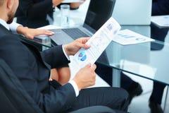 Деловые партнеры обсуждают финансовые планы компании Стоковое Фото