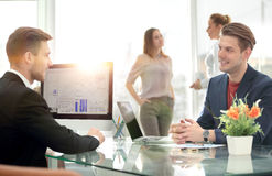 Деловые партнеры обсуждая в конференц-зале с их коллегой Стоковое Изображение