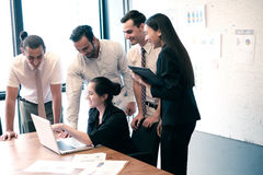 Деловые партнеры обсуждая документы и идеи Стоковое Изображение