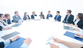Деловые партнеры собрали вокруг таблицы и обсуждают financi Стоковые Фото