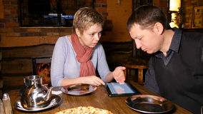 Деловые партнеры человека и женщины беседуя в кафе Стоковая Фотография