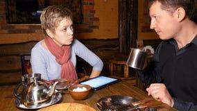 Деловые партнеры человека и женщины беседуя в кафе Стоковые Фото