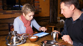 Деловые партнеры человека и женщины беседуя в кафе Стоковые Изображения