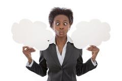 Дело; Африканская пересеченная женщина наблюдала держащ изолят знаков облака Стоковая Фотография