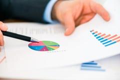 Дело - бизнесмен работая с диаграммой и диаграммой стоковые изображения