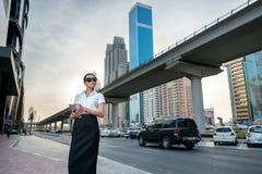 Дело в большом городе Успешное арабское standi коммерсантки Стоковое Фото