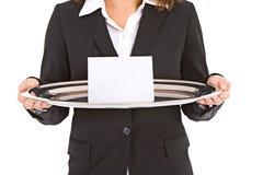Дело: Женщина держит серебряный диск с пустой карточкой примечания Стоковые Изображения RF