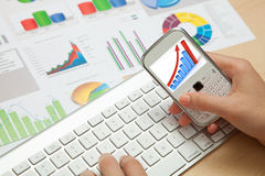 Дело, диаграммы Finanace и мобильный телефон Стоковая Фотография