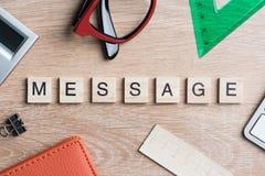 Дело и выходя на рынок схематическое слово сказали по буквам с блоками игры деревянными Стоковая Фотография RF