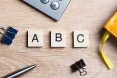 Дело и выходя на рынок схематическое слово сказали по буквам с блоками игры деревянными Стоковое Изображение