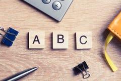 Дело и выходя на рынок схематическое слово сказали по буквам с игрой деревянной Стоковые Фото