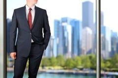 Дело и концепция офиса - элегантный молодой бизнесмен моды в костюме сини/военно-морского флота Городская предпосылка позади Стоковая Фотография RF