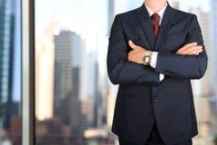 Дело и концепция офиса - элегантный молодой бизнесмен моды в костюме сини/военно-морского флота Стоковое Фото