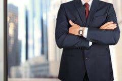Дело и концепция офиса - элегантный молодой бизнесмен моды в костюме сини/военно-морского флота Стоковые Изображения