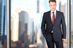 Дело и концепция офиса - элегантный молодой бизнесмен моды в костюме сини/военно-морского флота Стоковое Изображение