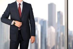 Дело и концепция офиса - элегантный молодой бизнесмен моды в костюме сини/военно-морского флота Стоковые Фото