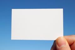 Дело определило размер белый конец карточки вверх в голубом небе Стоковое Изображение