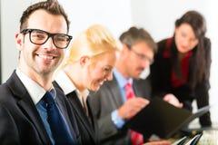 Дело - предприниматели имеют встречу команды стоковые изображения
