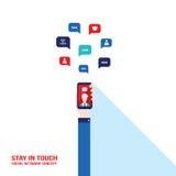 Дело социальной связи системы успешные и концепция электронной коммерции вручают держать умный телефон Бесплатная Иллюстрация