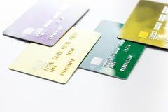 Дело с кредитными карточками на конце предпосылки стола офиса белом вверх Стоковые Фото