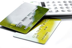 Дело с кредитными карточками на конце предпосылки стола офиса калькулятора белом вверх Стоковая Фотография