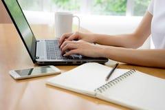 Дело, технология и концепция интернета - девушка на comp Стоковые Изображения