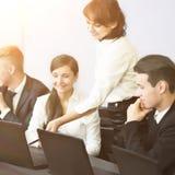 Дело, технология и концепция офиса - усмехаясь дело объединяется в команду Стоковая Фотография