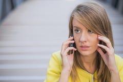 Дело, технология и концепция людей - серьезная коммерсантка с smartphone говоря над офисным зданием Стоковое Фото