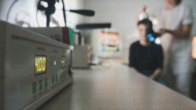 Де-сфокусированный взгляд - доктор офтальмологии проверяет зрение ` s ребенка с помощью стерео видео- стеклам виртуальной реально стоковые фото