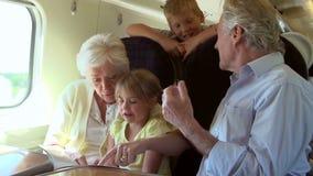 Деды и внуки ослабляя на поездке на поезде акции видеоматериалы