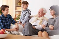 Деды и внуки стоковое изображение