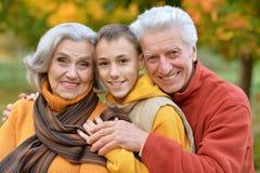 Деды и внук outdoors Стоковые Изображения RF