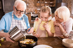 Деды и девушка варя совместно стоковое изображение