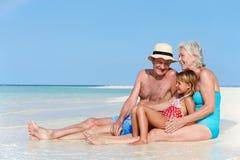 Деды при внучка наслаждаясь праздником пляжа Стоковая Фотография