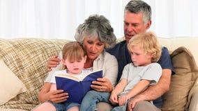 Деды читая книгу к их внукам видеоматериал