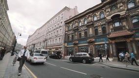 Делюкс китайский экстерьер ресторана на улице, людях и автомобильном движении города видеоматериал