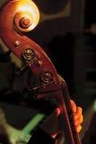 Джазовый музыкант играя против-баса Стоковые Фотографии RF