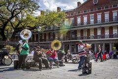 Джаз-бэнд в улицах Нового Орлеана стоковые фото