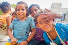 Джайпур, Индия - 20-ое сентября 2017: Портрет красивой группы в составе дети, усмехаясь и играя в улице в Джайпуре Стоковые Фото