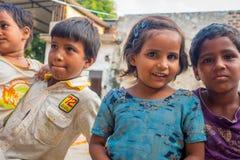 Джайпур, Индия - 20-ое сентября 2017: Портрет красивой группы в составе дети, усмехаясь и играя в улице в Джайпуре Стоковые Изображения