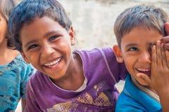 Джайпур, Индия - 20-ое сентября 2017: Портрет красивой группы в составе дети, усмехаясь и играя в улице в Джайпуре Стоковое Фото