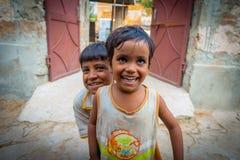 Джайпур, Индия - 20-ое сентября 2017: Портрет красивой группы в составе дети, усмехаясь и играя в улице в Джайпуре Стоковые Фотографии RF