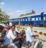 Люди на скрещивании железной дороги в Индии Стоковое Фото