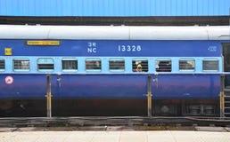 Джайпур, Индия - 3-ье января 2015: пассажиры на окне индийского железнодорожного поезда на железнодорожном вокзале Джайпура Стоковая Фотография