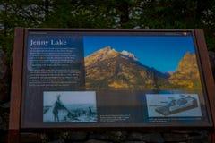 ДЖЕКСОН, ВАЙОМИНГ, США, 7-ОЕ ИЮНЯ 2018: Внешний взгляд информативного знака озера Дженни в грандиозном национальном парке Teton Стоковое Фото