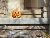 Джек o'lantern на крылечке на хеллоуине Стоковые Изображения RF