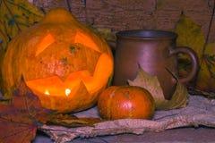 Джек-o-фонарик и кружка глины Стоковое фото RF